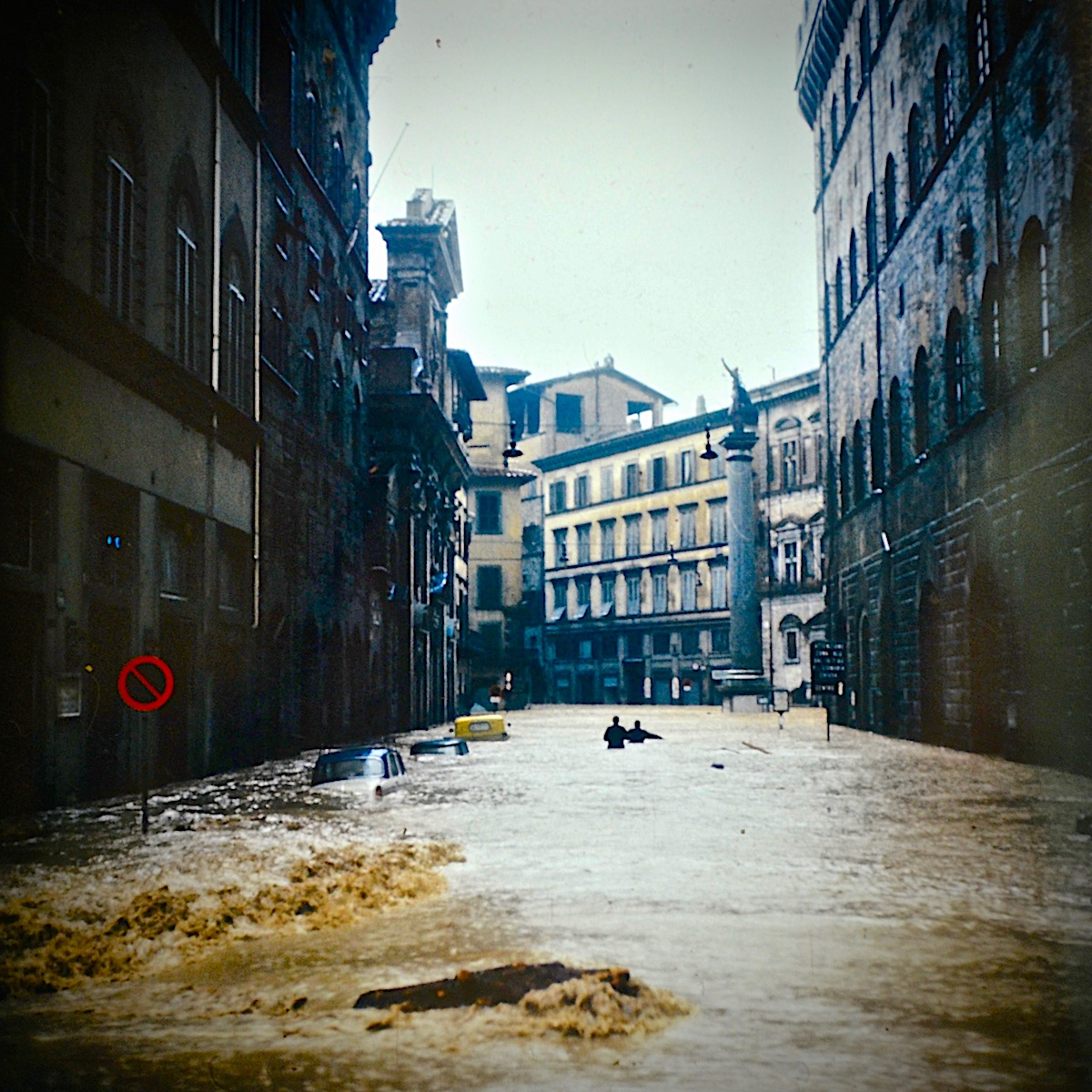 piazza-santa-trinita-flood-1966.jpg